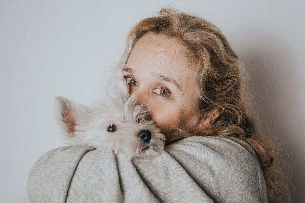 abraço entre cão west highland terrier westie bebé e dona por basti fotografia de animais pet photography